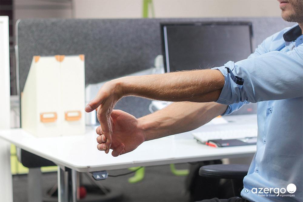 S'étirer les poignets avant un travail sur ordinateur