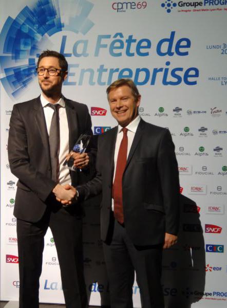 Nicolas PFENNIG, gérant d'Azergo reçoit le prix de la RSE des mains de Jean-Paul BABEY, directeur général d'Alptis