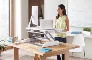 Les plateformes de travail assis-debout permettent d'augmenter la productivité et réduire la fatigue au travail
