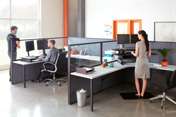 Travailler debout avec les bureaux électriques