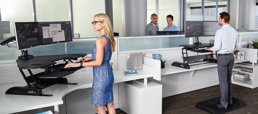 Travailler debout pour améliorer santé et productivité au bureau