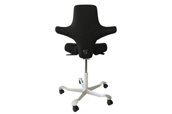 Travailler assis-debout avec le siège de bureau Capisco