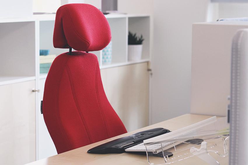 Un poste de travail confortable avec des accessoires ergonomiques