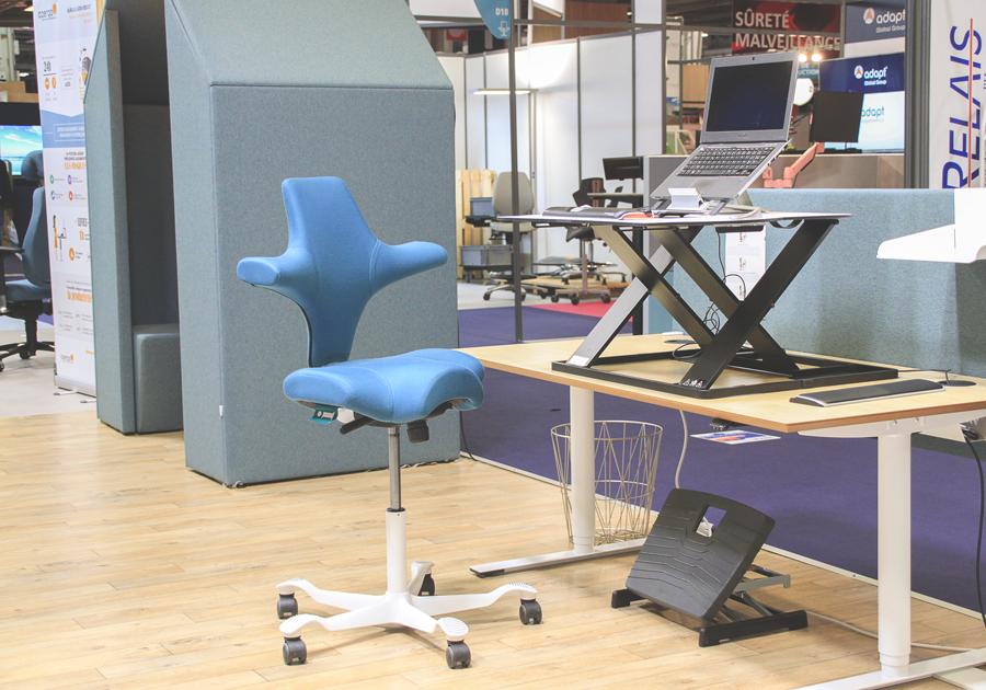 Plateforme de travail assis-debout Oploft et Siège Capisco - Santé et ergonomie au travail