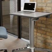 Stop au mal de dos au bureau - Altrnance de posture grâce à la station de travail Learnfit