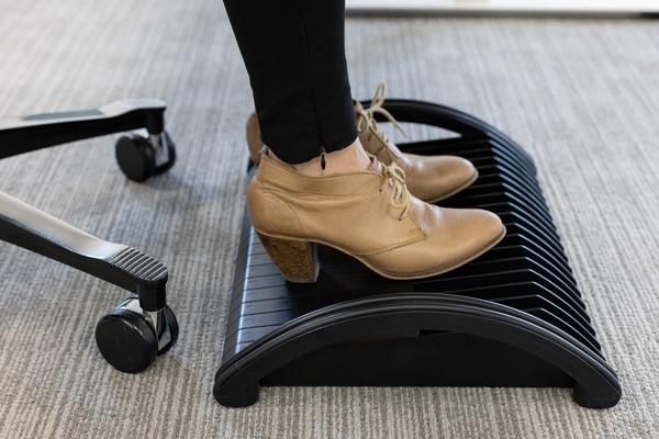 Repose-pieds Dopio - Douleurs aux jambes et pieds au travail - Installation ergonomique - Soulage et active la circulation